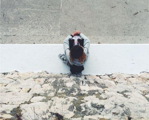 ragazza introversa