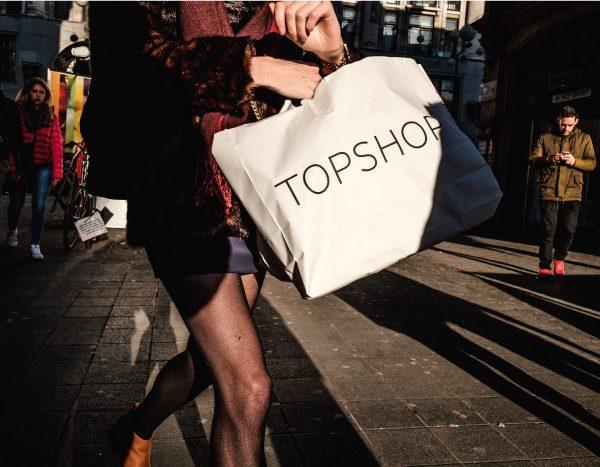 donna con busta shopping