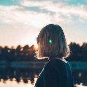 donna che guarda il lago