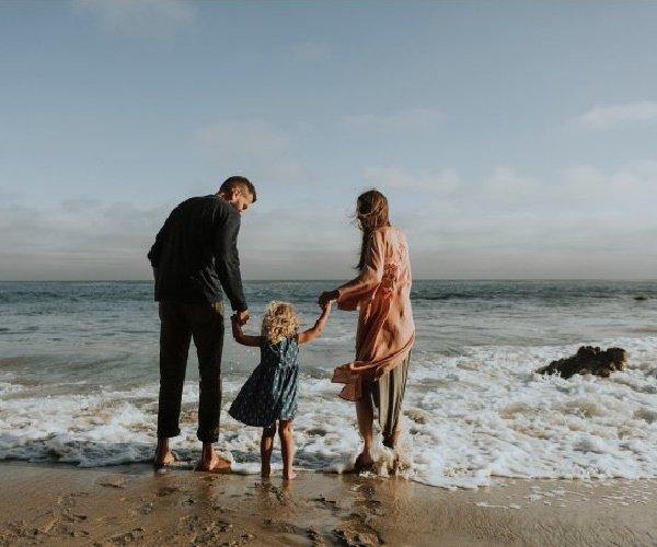 genitori con figlio al mare