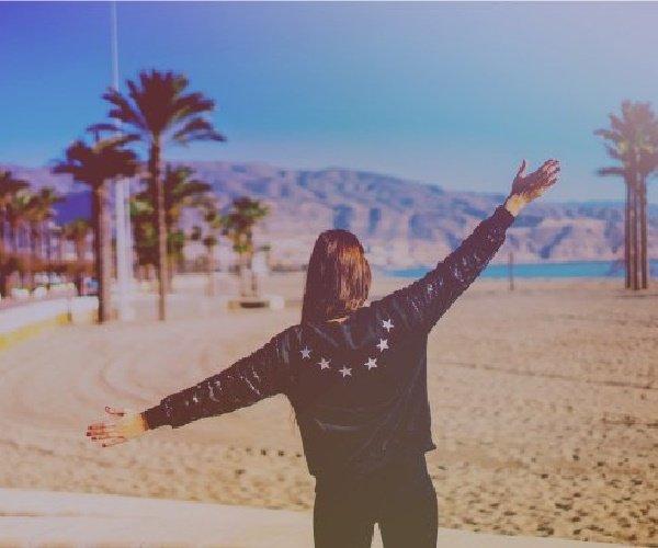 ragazza libera in spiaggia