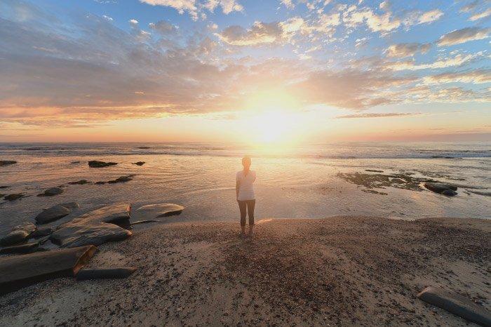 donna che guarda il tramonto